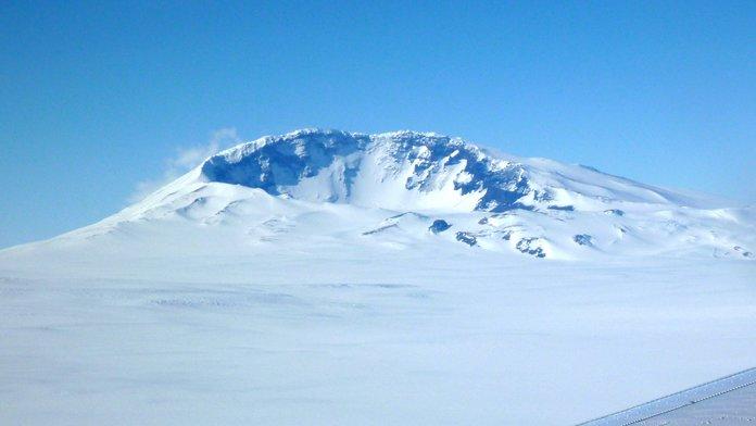 Estudio Descubre Volcán Masivo Escondido en Antártida