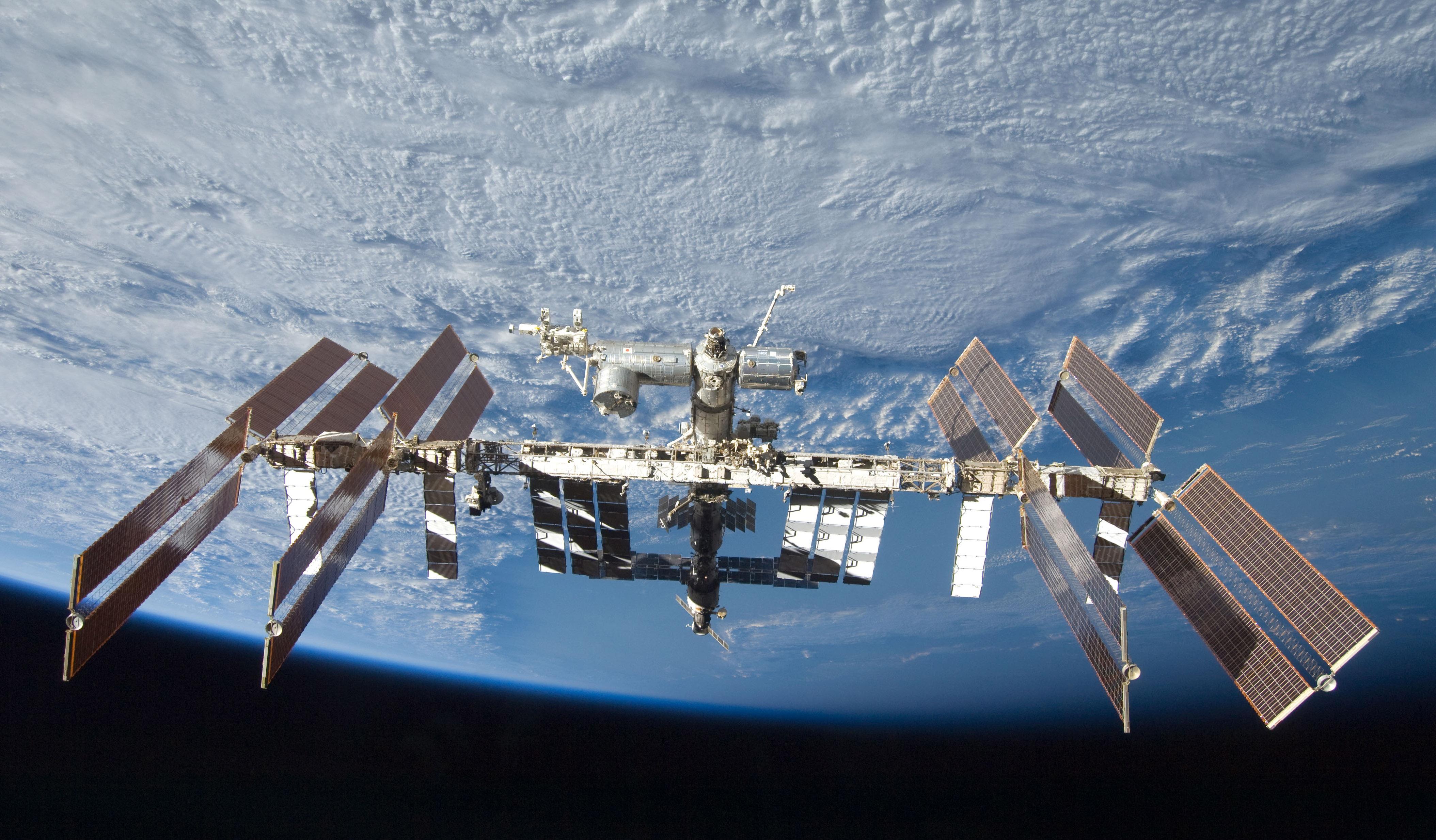 Muelles de Tripulación de Estados Unidos y Rusia en ISS Después de un Vuelo de 6 Horas