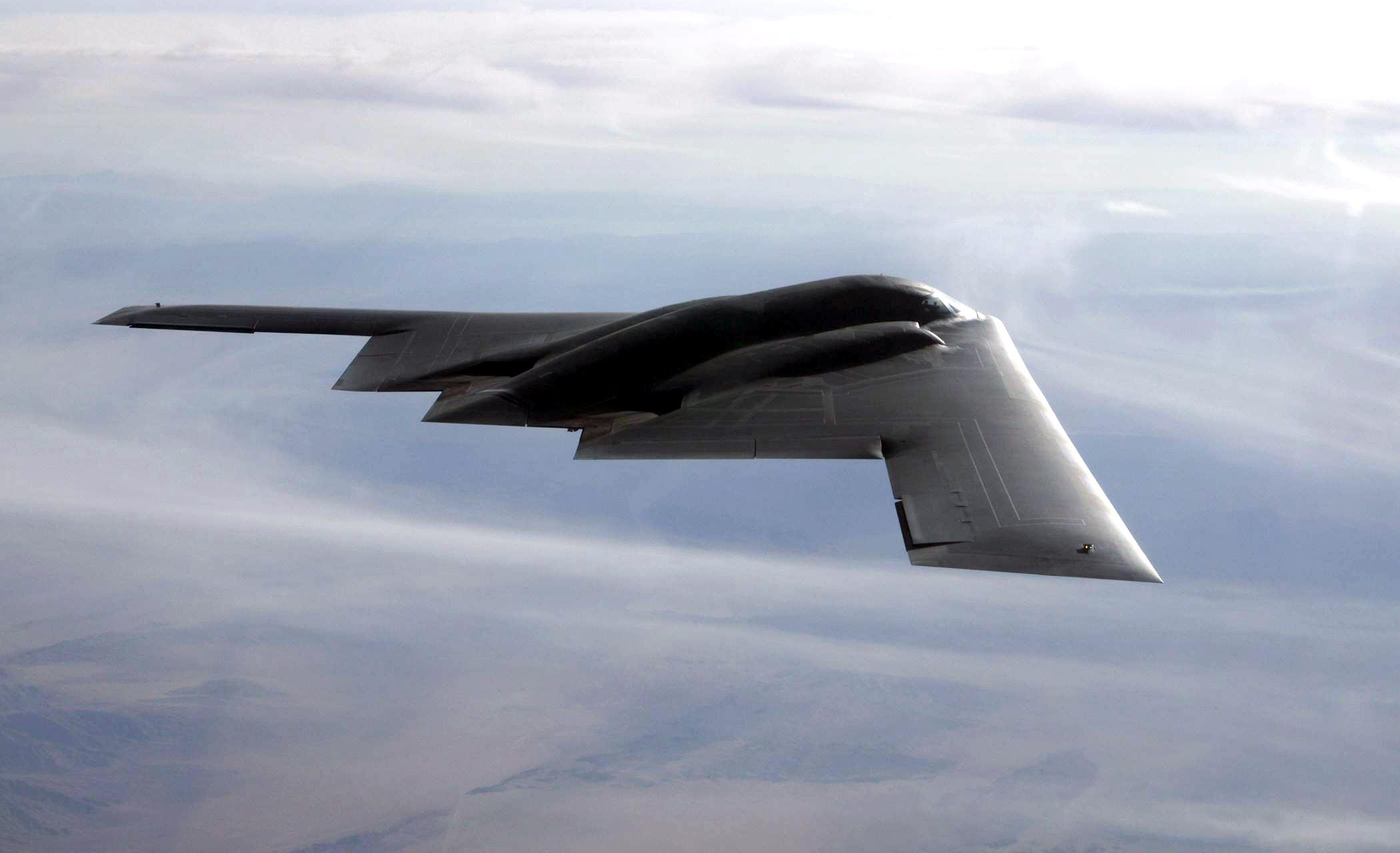Bombardero B-2 Vuela Sobre el Pacífico Justo Antes de la Visita de Trump