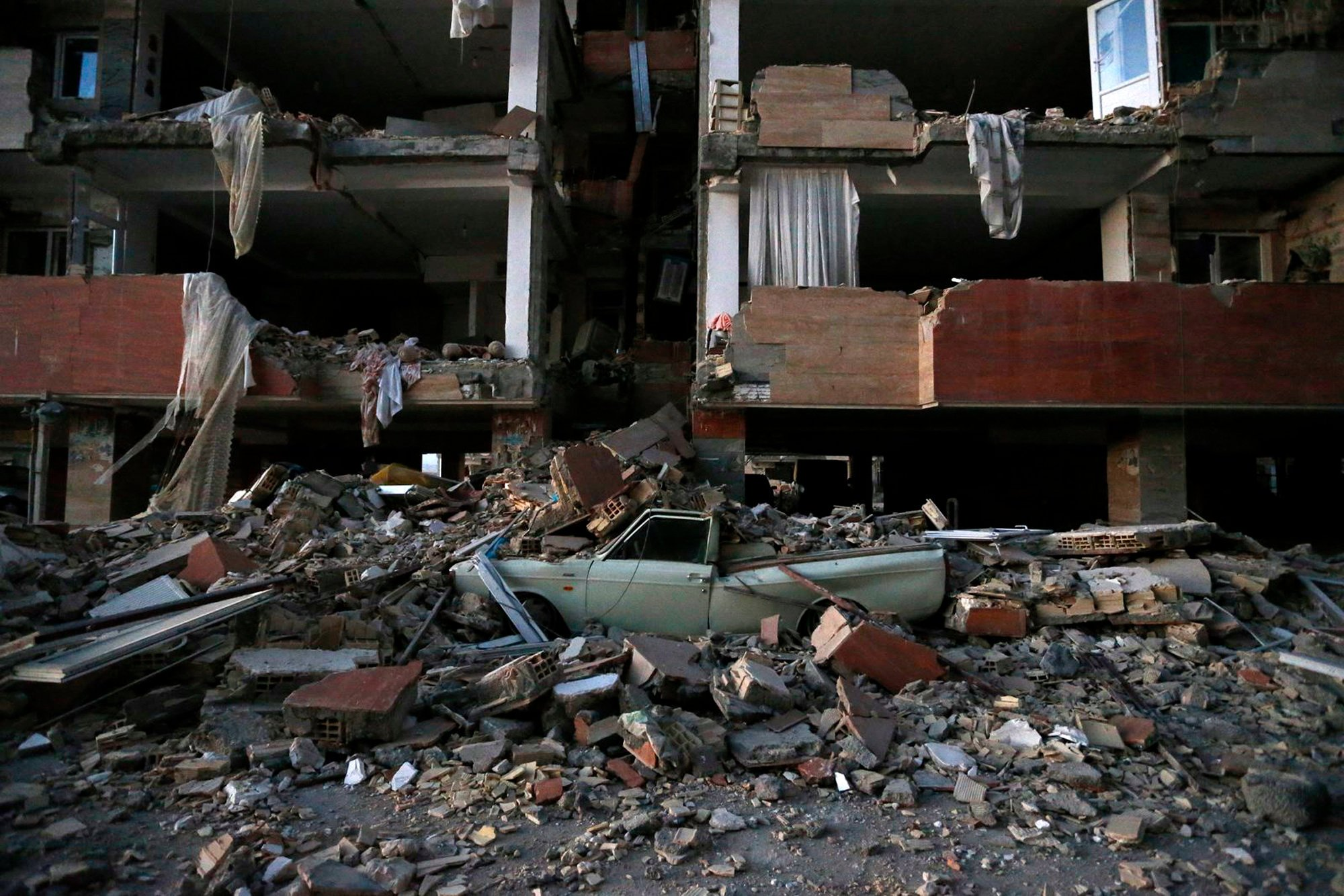 Terremoto en Irán Iraq Resulta en la Muerte de Más de 300