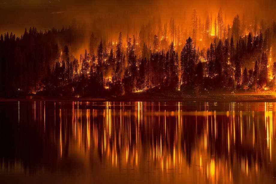 Incendio en el Sur de California Mata a 1 y Evacúa a Cientos