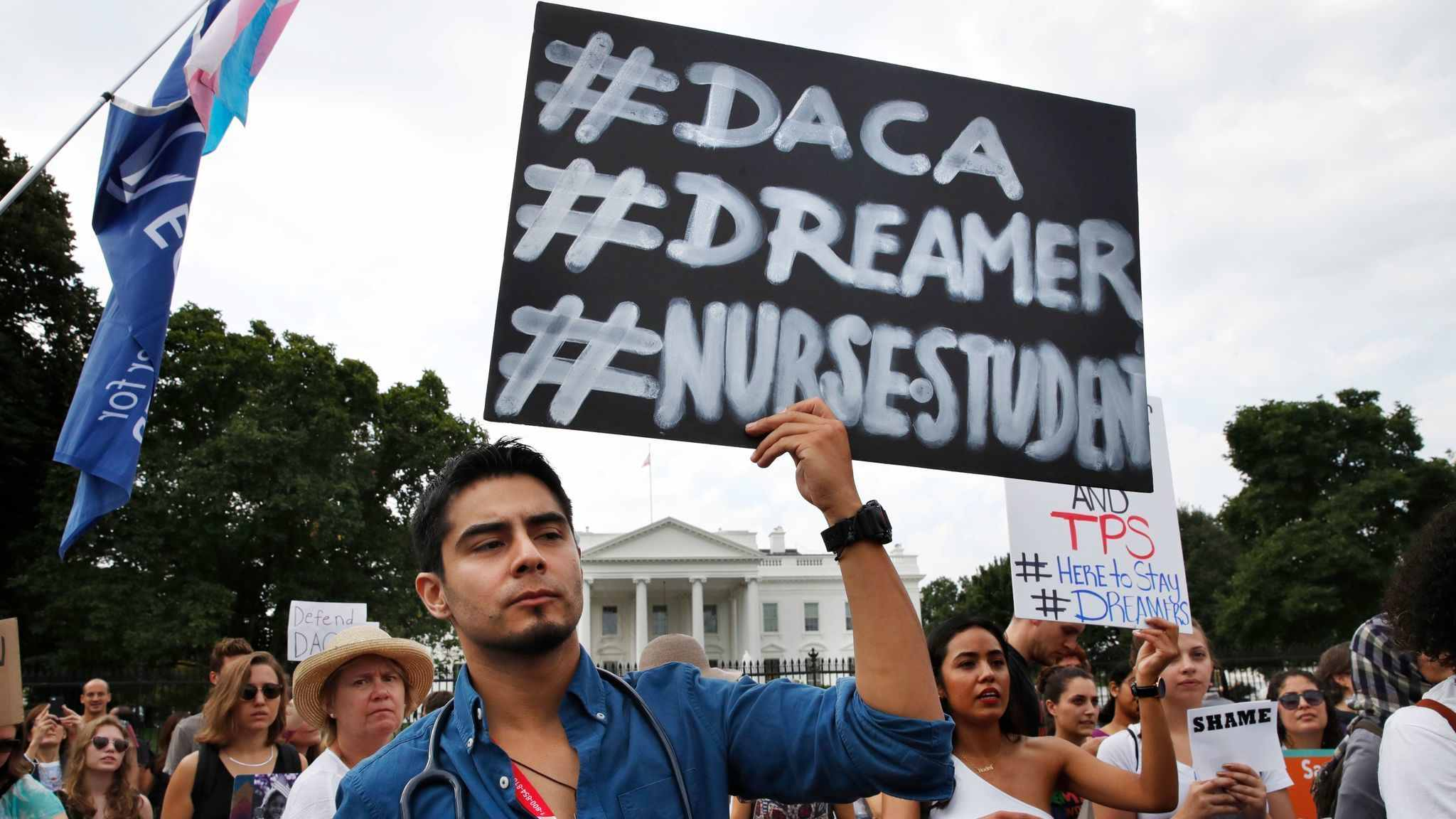 Juez de California Bloquea el Plan de la Administración Trump sobre DACA