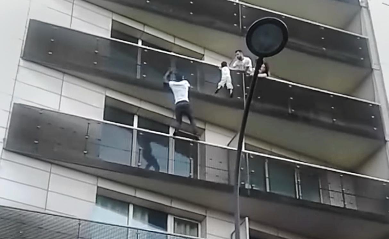 """La familia del niño del balcón le agradece a Mamoudou Gassama, el """"Hombre Araña"""" maliense"""
