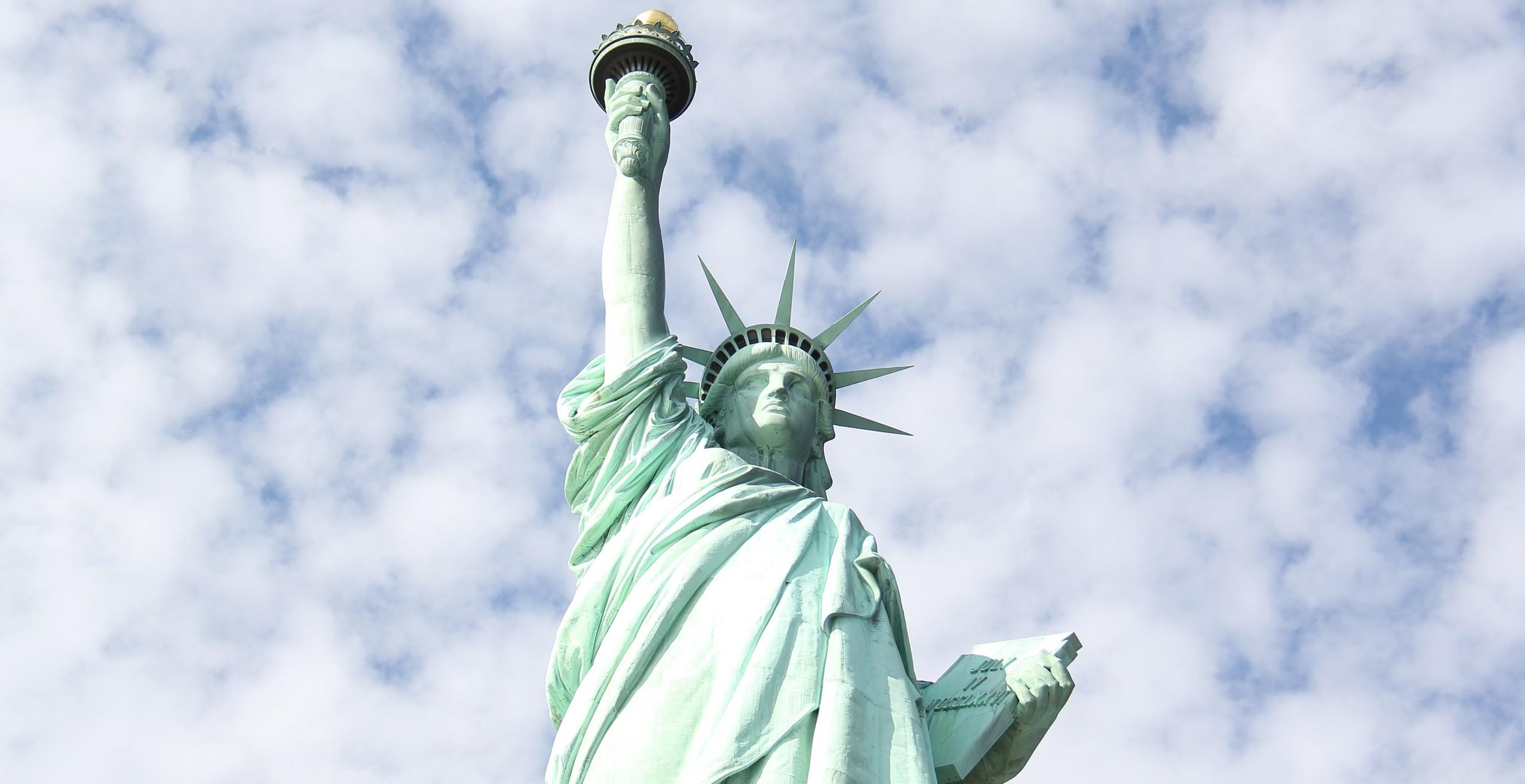 Especial de Cuatro de Julio: Mujer Escala la Estatua de la Libertad para Protestar